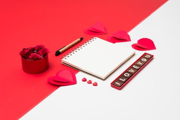 Mały notatnik z kocham cię napis na stole