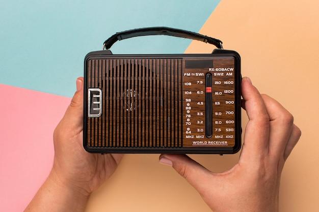 Mały odbiornik radiowy w stylu retro