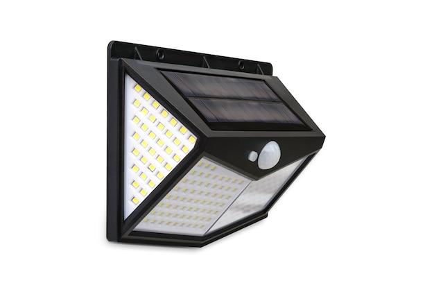 Mały panel z ogniwami słonecznymi i światło led z czujnikiem ruchu na białym tle