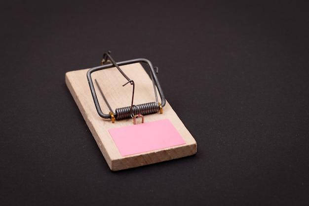 Mały papier do notatek w drewnianym szablonie pułapki na myszy