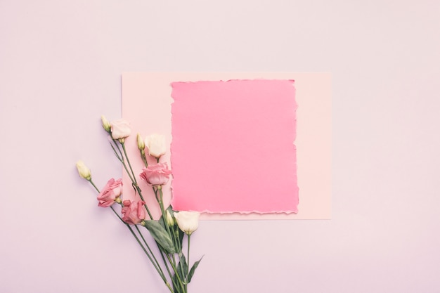 Mały papier z róża kwiatami na stole