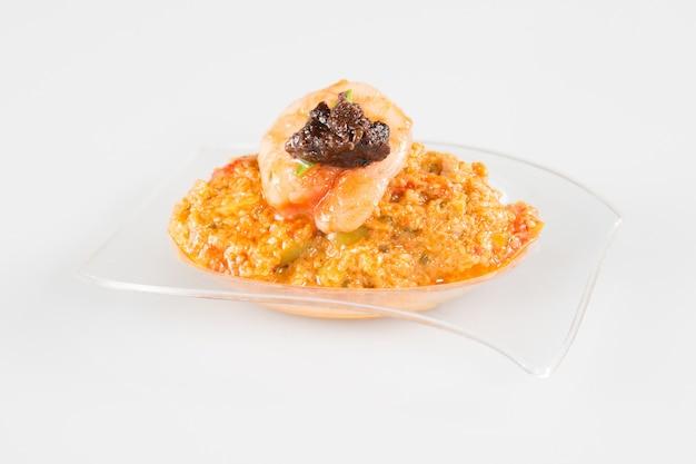 Mały plastikowy kubek na aperitif lub przyjęcie biesiadne z tapenadą z krewetek