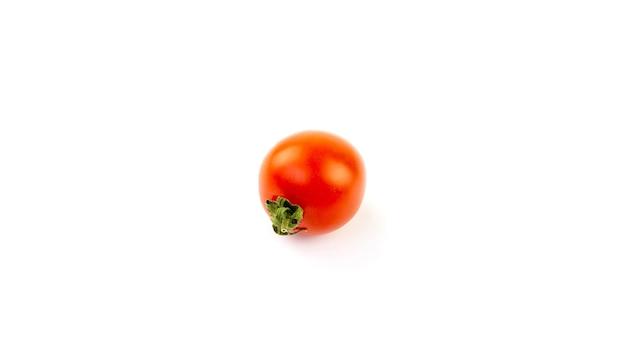 Mały pomidor na białym tle na białym tle