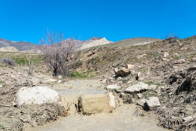 Mały potok z mętną wodą na wyżynach