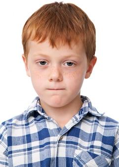 Mały poważny chłopiec w kraciaste koszule