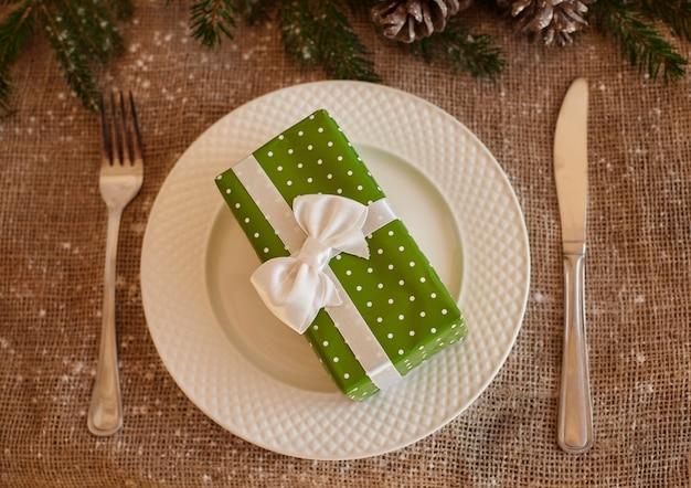 Mały prezent świąteczny jako przystawka