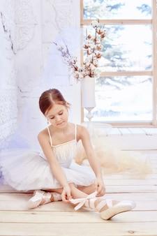 Mały prima balet. młoda baleriny dziewczyna