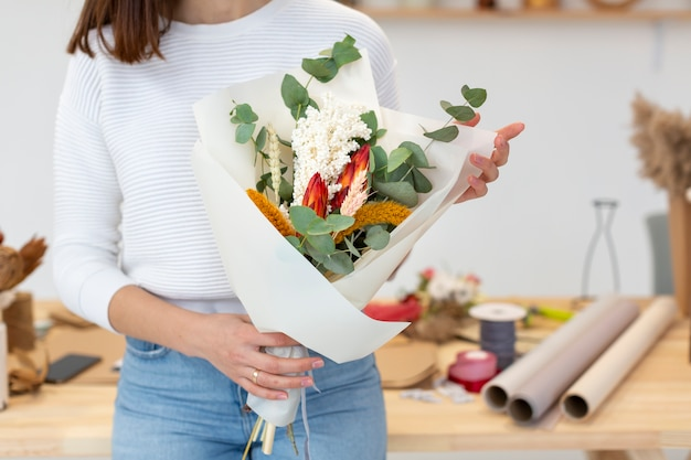Mały przedsiębiorca przedsiębiorca i bukiet kwiatów