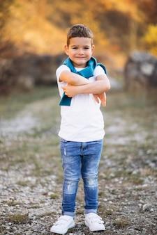 Mały przystojny chłopiec w polu samotnie