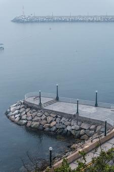 Mały punkt widokowy w zatoce chorrillos, lima peru
