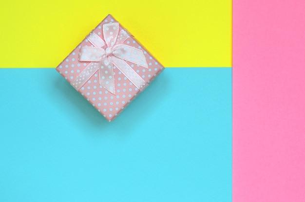 Mały różowy prezenta pudełko kłama na tekstury tle