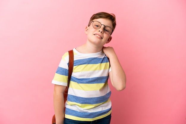 Mały rudy kaukaski chłopiec na białym tle śmiejąc się na różowym tle