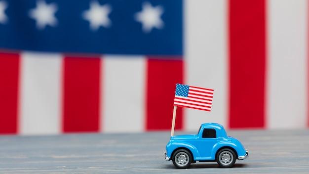 Mały samochód na stole z flagą