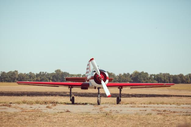 Mały samolot sportowy na lotnisku.