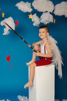 Mały śliczny chłopiec ze skrzydłami na walentynki