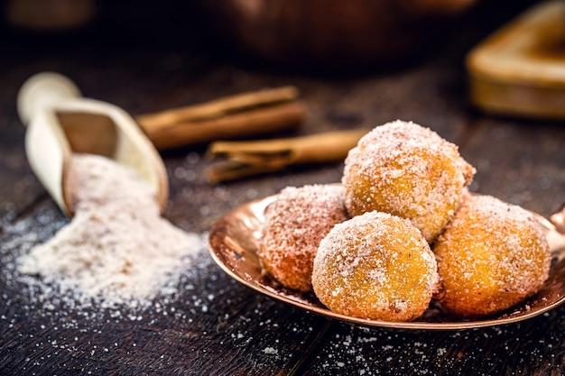 """Mały smażony pieróg brazylijski z mąki pszennej, cukru i rafinowanego cynamonu. nazywany """"deszczową kluską"""""""