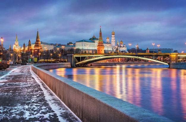 Mały śnieg na skarpie rzeki moskwy w pobliżu kremla