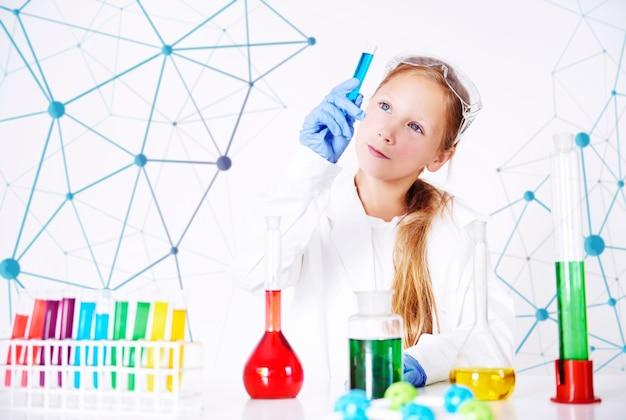 Mały specjalista w laboratorium chemicznym