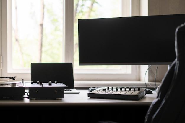 Mały sprzęt studyjny do produkcji muzyki z bliska gramofon midi mikser pad perkusyjny i mikrofon