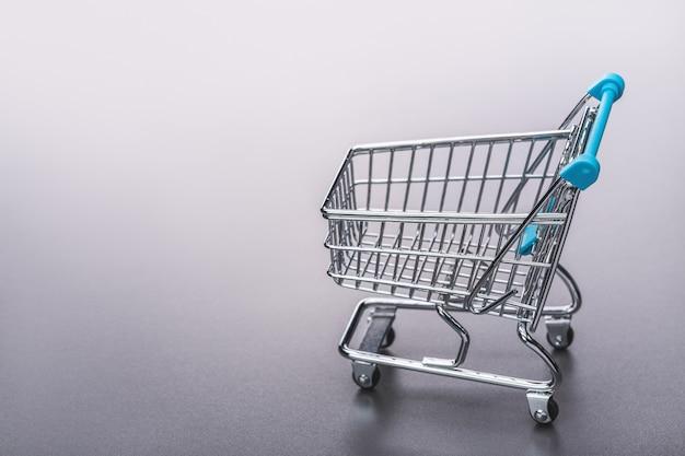 Mały srebrny wózek na zakupy