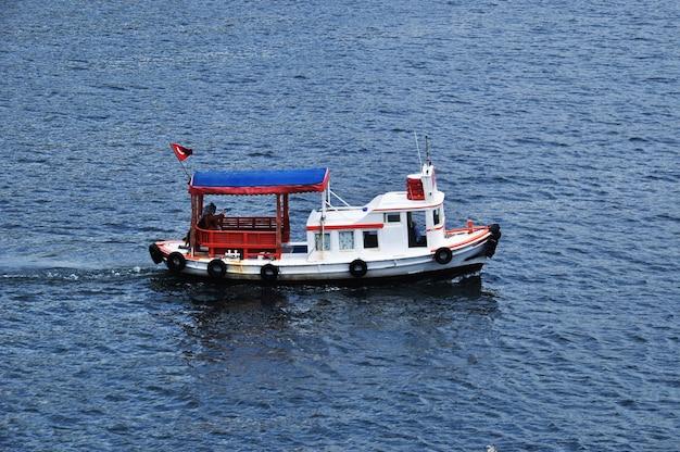 Mały statek wycieczkowy. statek przewozi turystów wzdłuż morskiej zatoki. 10 lipca 2021 stambuł, turcja.