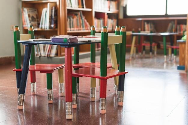 Mały stolik w bibliotece
