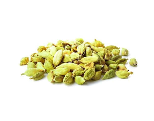 Mały stos zielonych nasion kardamonu na białym tle