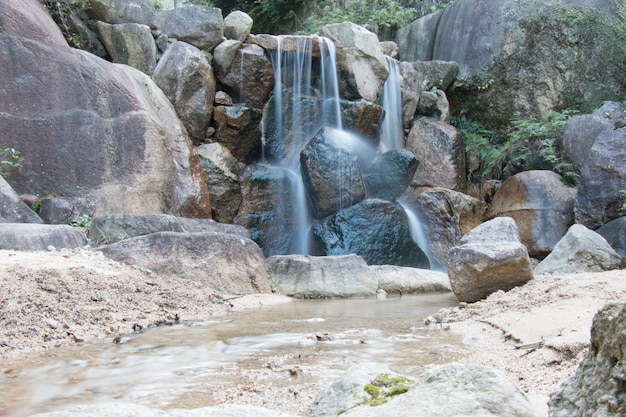 Mały strumień na wyspie miyajima, hiroszima, japonia