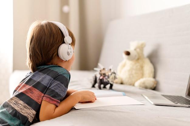Mały student online w widoku ramienia
