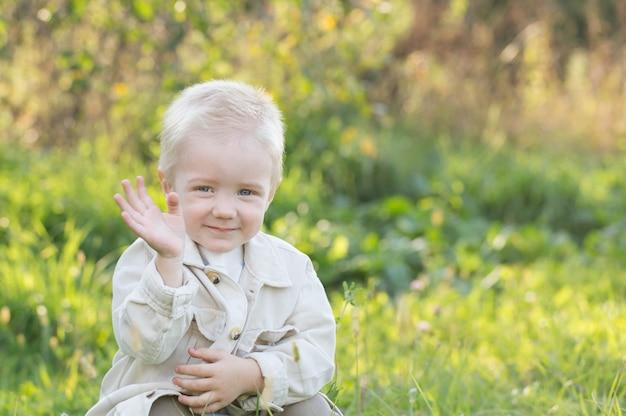 Mały szczęśliwy blond chłopiec odkryty w słoneczny letni dzień