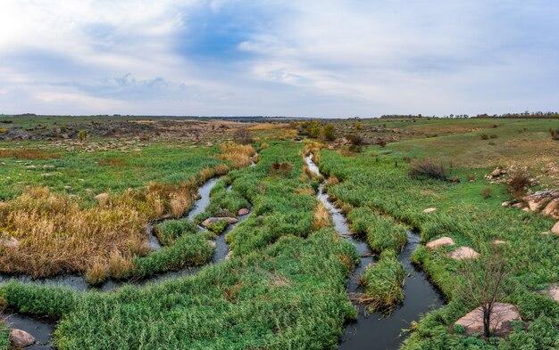 Mały szybki strumień kamenka na pustyni w wieczornym świetle na ukrainie