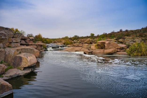 Mały szybki wodospad kamenka na pustyni w wieczornym świetle na ukrainie