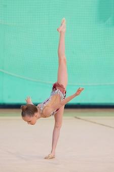 Mały trening gimnastyk na dywanie i gotowy do zawodów