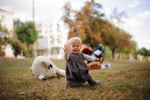 Mały uśmiechnięty dziewczynki odprowadzenie z powodu parka