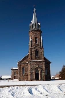 Mały wiejski kościół katolicki