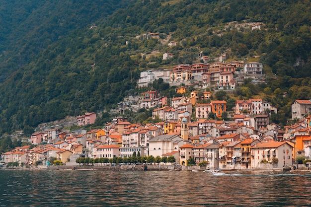 Mały włoski miasteczko na brzegowym jeziornym como, włochy