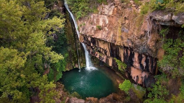 Mały wodospad i basen z czystą wodą w górach w rzece carbo, castelln, comunidad valenciana, hiszpania