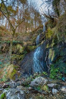 Mały wodospad na górze aiako harria, guipuzcoa. kraj basków