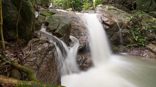 Mały wodospad na wolności obraz długiego czasu ekspozycji.