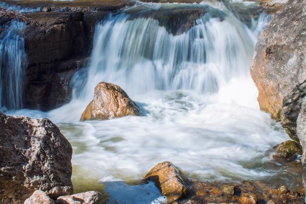 Mały wodospad w strumieniu wody