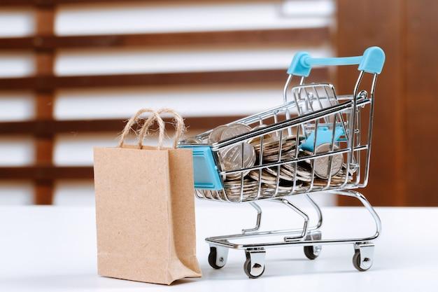 Mały wózek na zakupy z papierowymi torbami