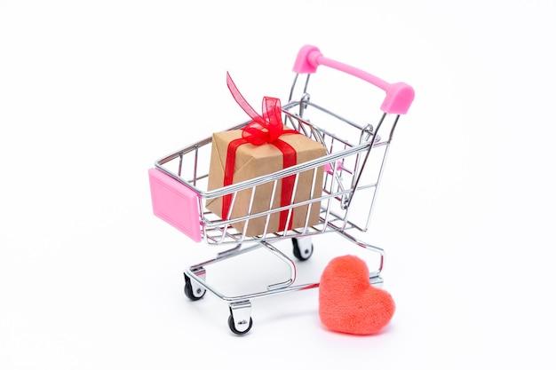 Mały wózek spożywczy z pudełkami na prezenty. podaruj prezenty z miłością na walentynki