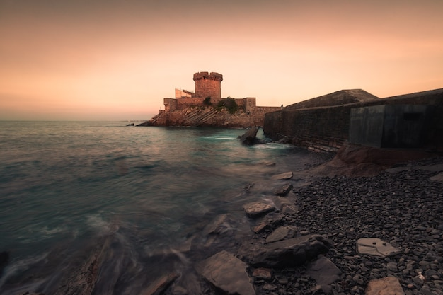 Mały zamek otoczony oceanem w sokoa socoa w zatoce donibane lohitzune saint jean de luz w kraju basków