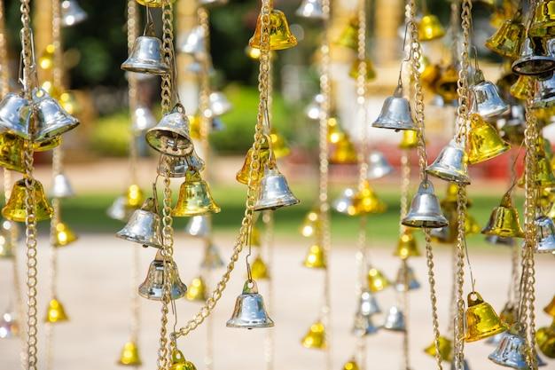 Mały złoty i srebrny dzwonek