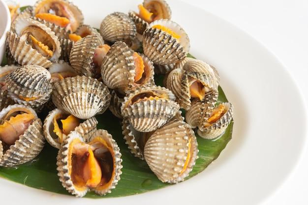 Małż na parze na białym stole tajskie jedzenie lokalne, widok z góry close-up.