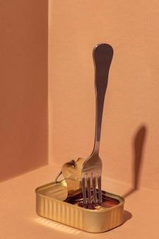 Małże konserwowane pod dużym kątem w puszce z widelcem