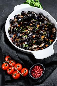 Małże w sosie pomidorowym z natką pietruszki i ziołami po włosku