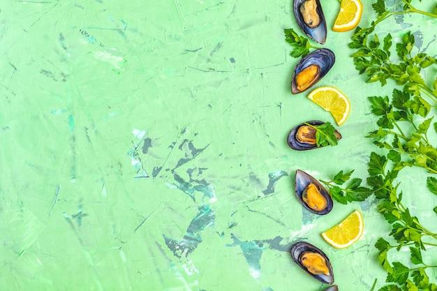 Małże z owoców morza z cytryną i natką pietruszki