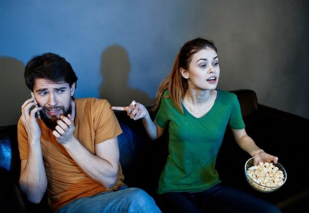 Małżeństwo na kanapie przed telewizorem