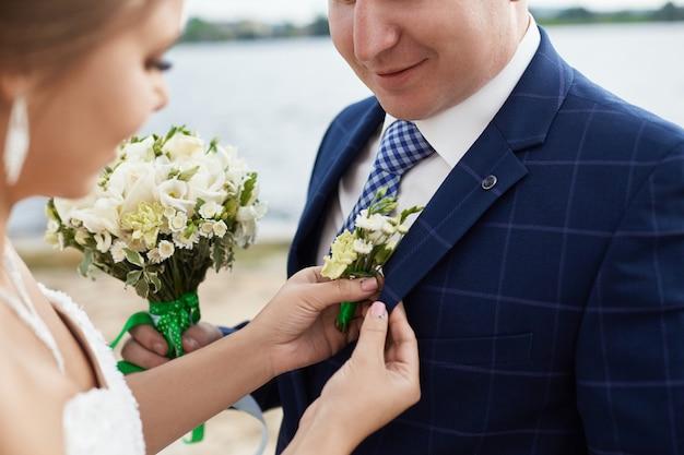 Małżeństwo obejmuje i całuje kolejne domy w pobliżu wody